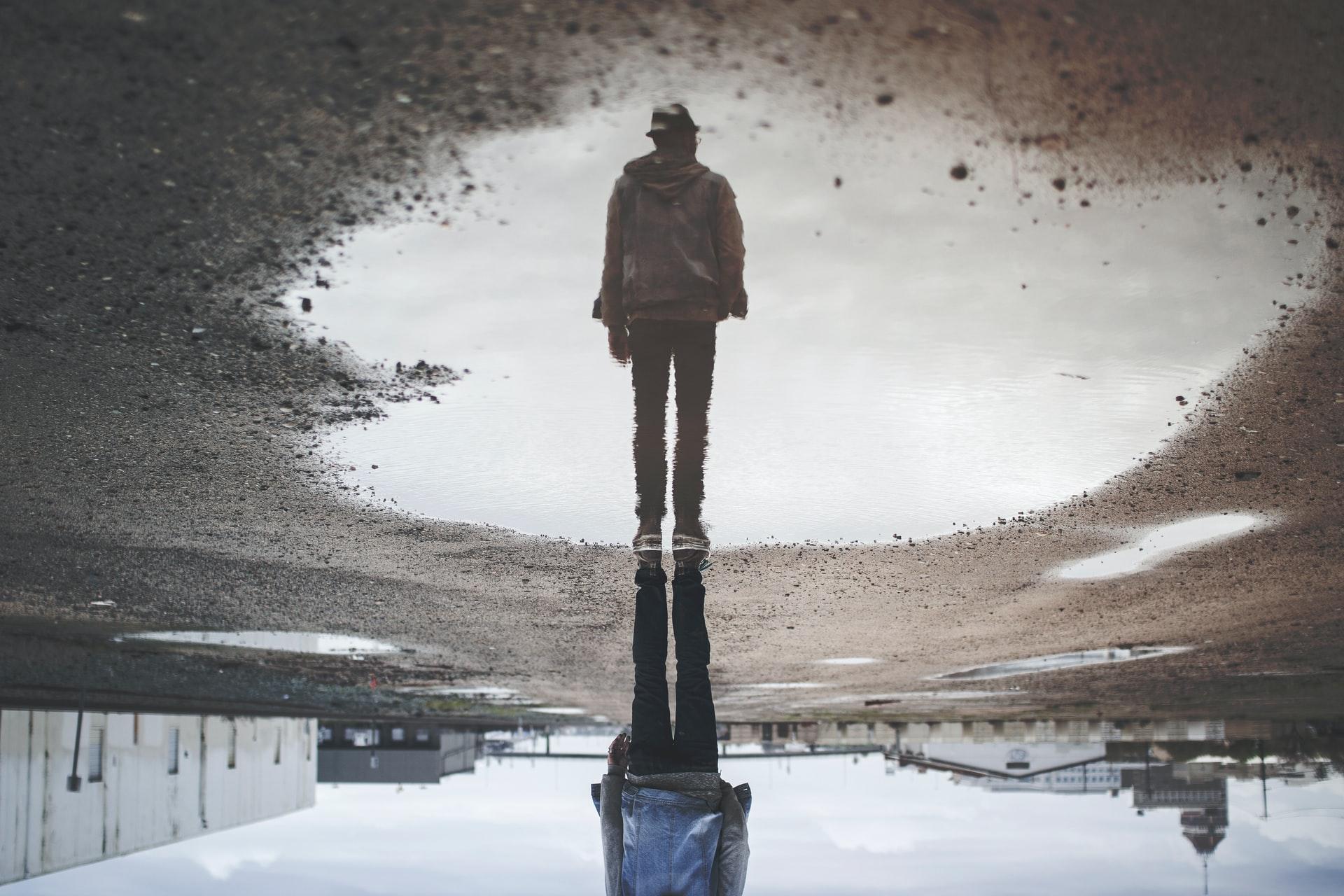 Une illusion d'optique reposant sur le reflet d'un homme
