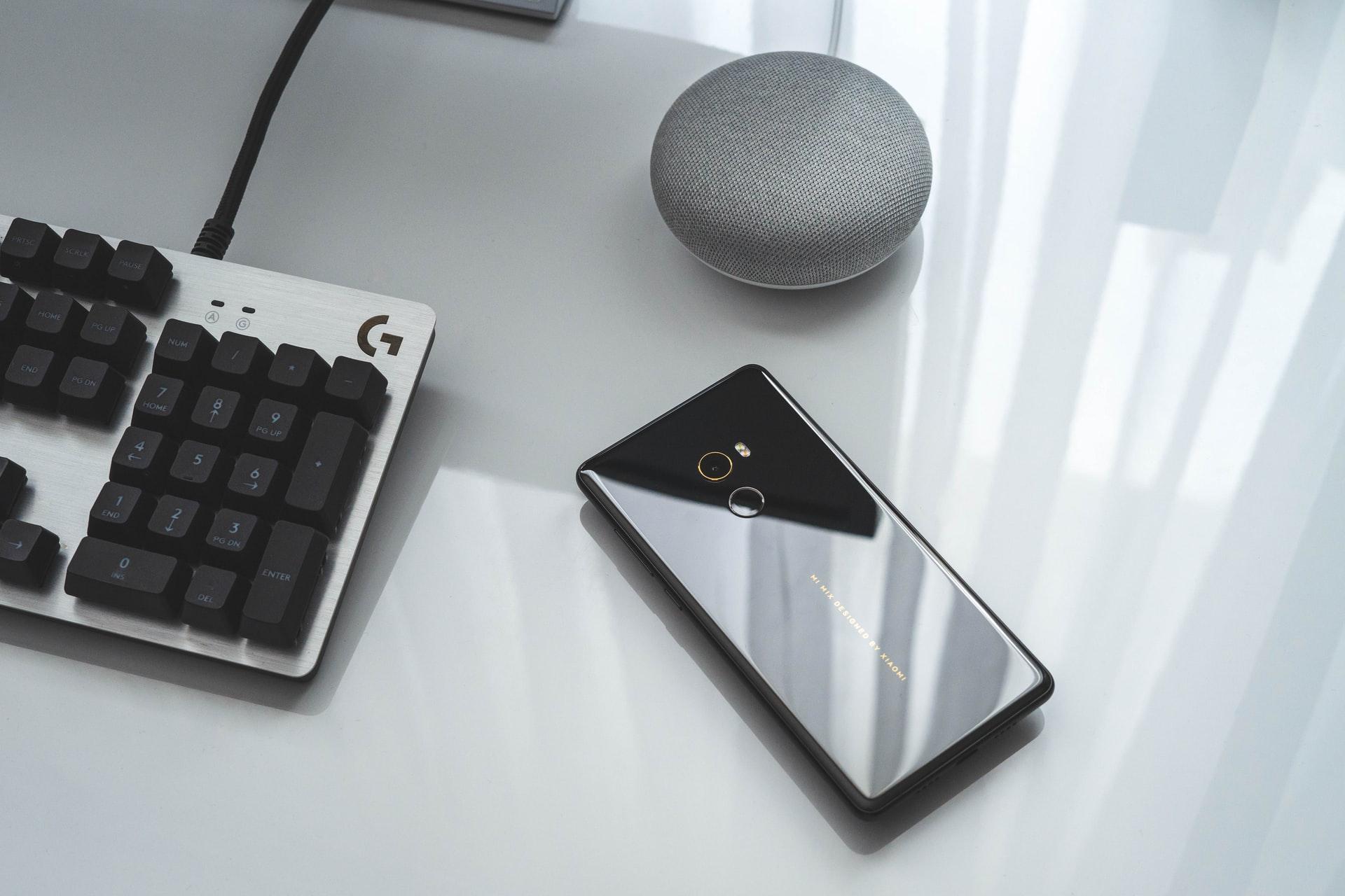 Un téléphone de Xiaomi, face contre terre