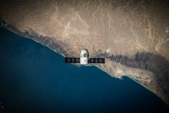 Un satellite survolant la Terre