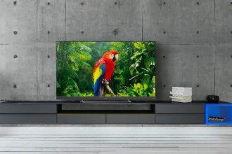 Le TV LED TCL 65EC780 a un look très épuré et on appréciera tout particulièrement le pied central