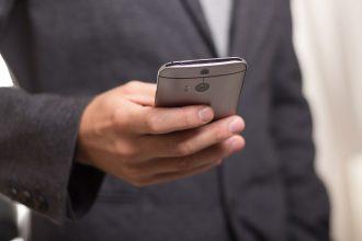 Un homme qui utilise un smartphone