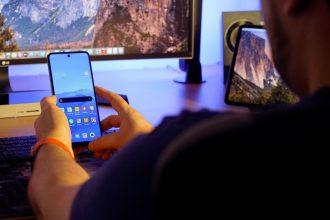 Le Redmi Note 9 Pro n'est pas le genre de téléphone qu'on utilise à une seule main