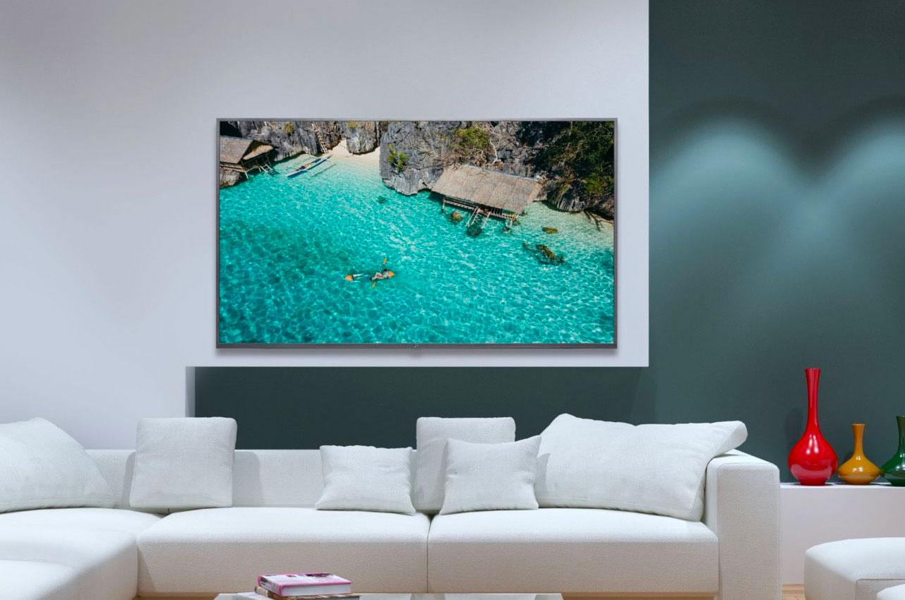 Le V LED Essentielb 65UHD-1291 peut être posé sur un meuble ou bien accroché au mur