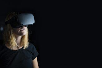 Une utilisatrice équipée du casque Oculus