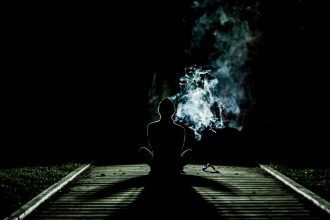 individu avec des volutes de fumée