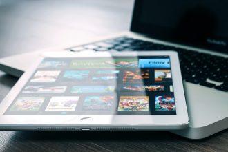 Un iPad posé sur un MacBook Pro