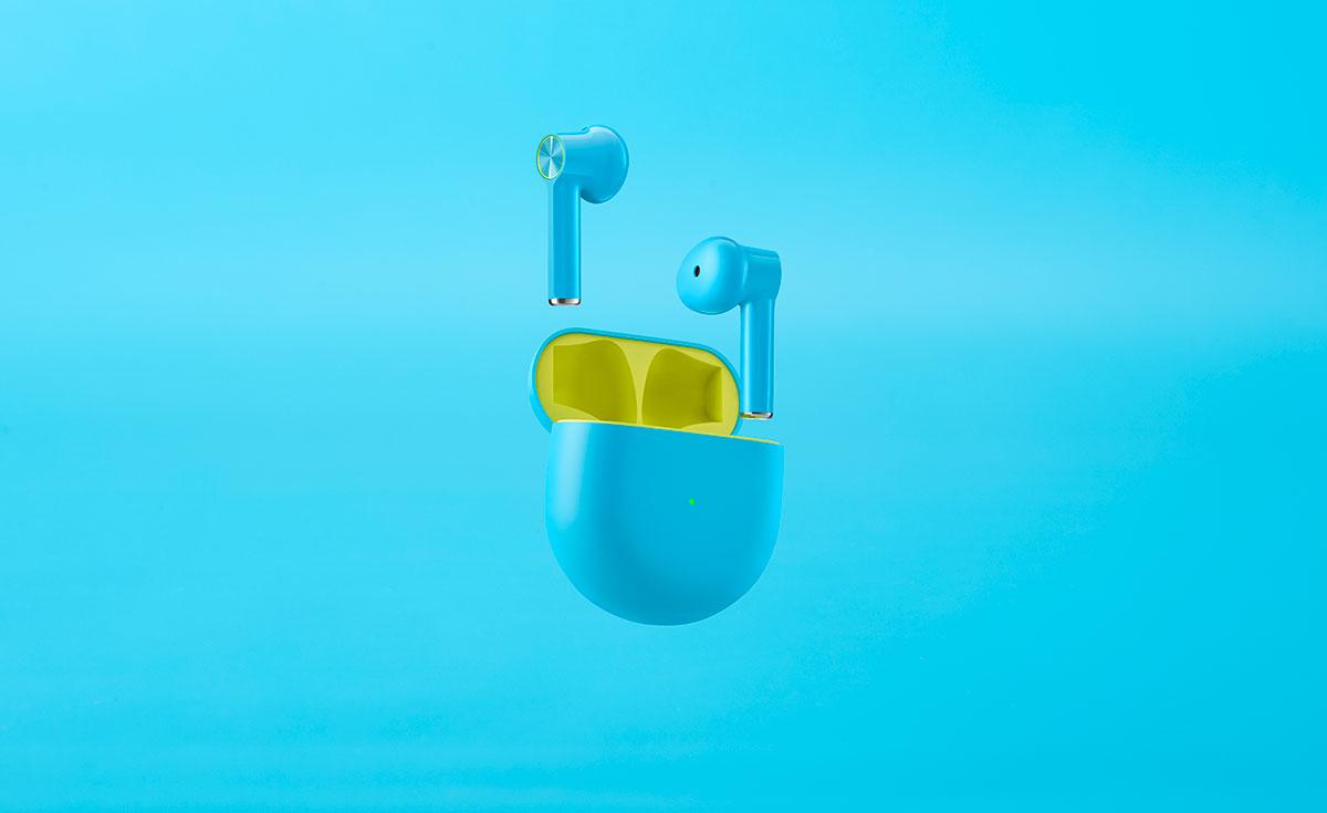 La version bleue des OnePlus Buds laisse aussi apparaître un peu de jaune