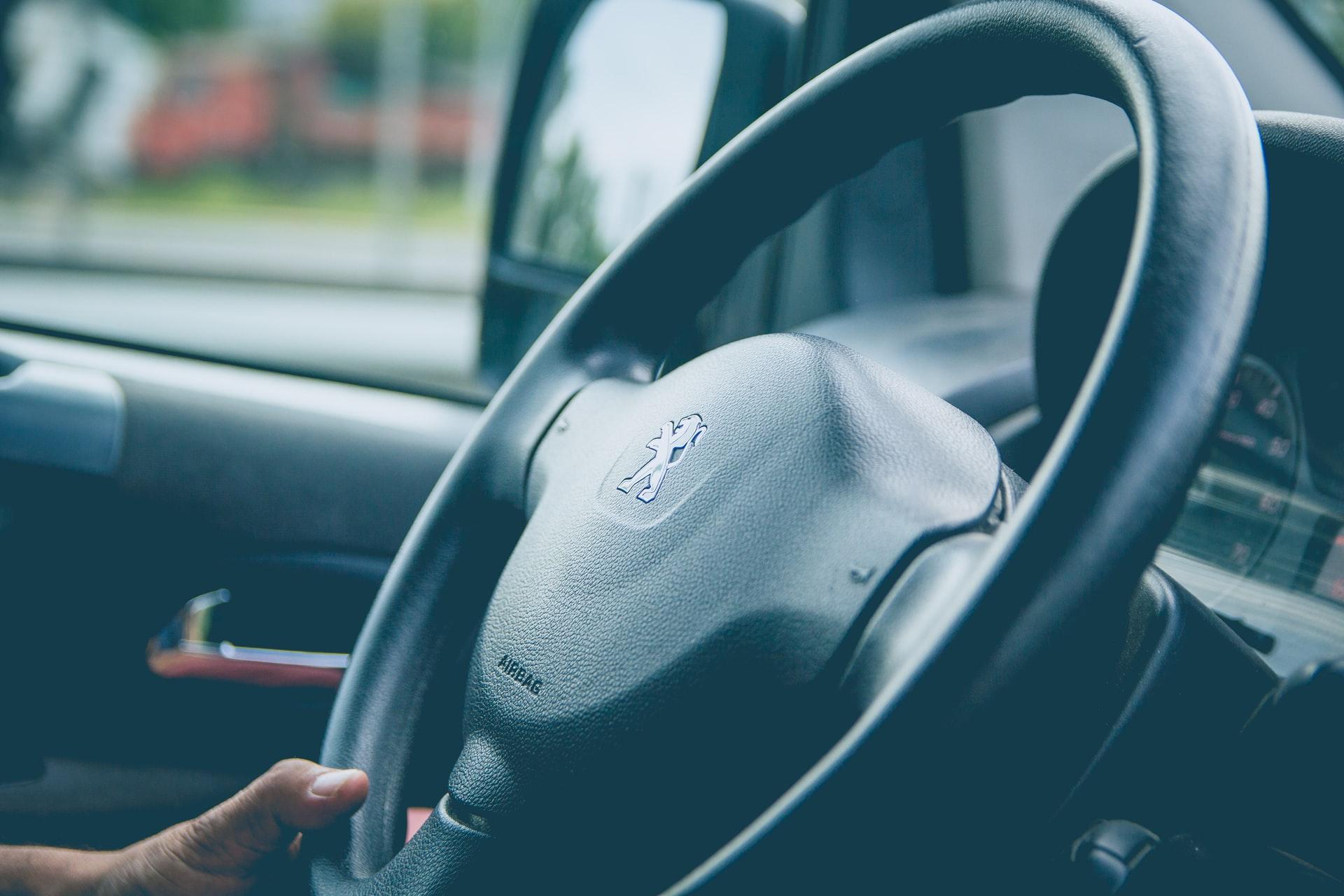 Le volant d'une Peugeot