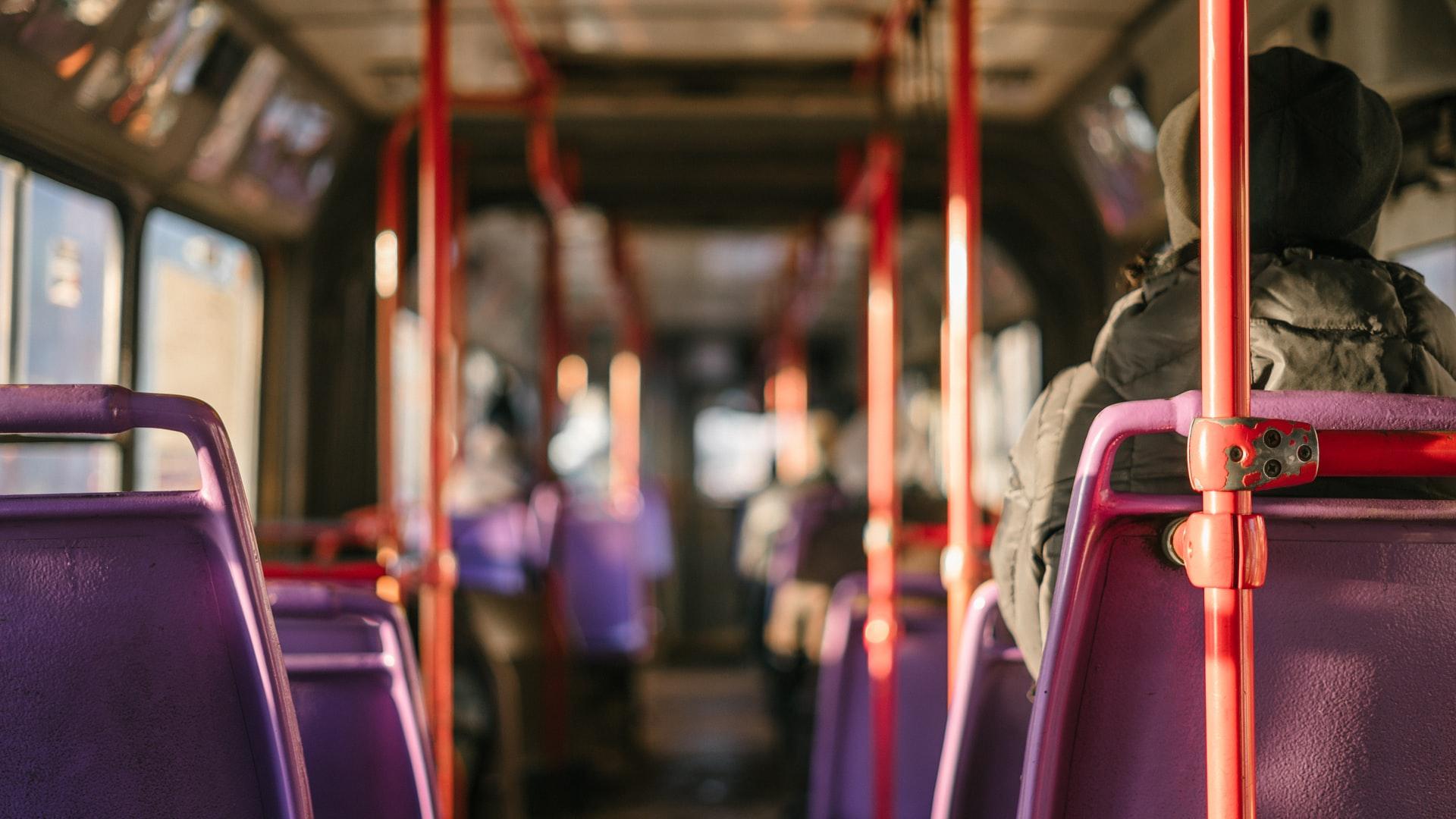 Une photo prise dans un bus
