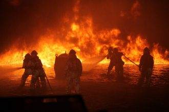 Des pompiers luttant contre un incendie