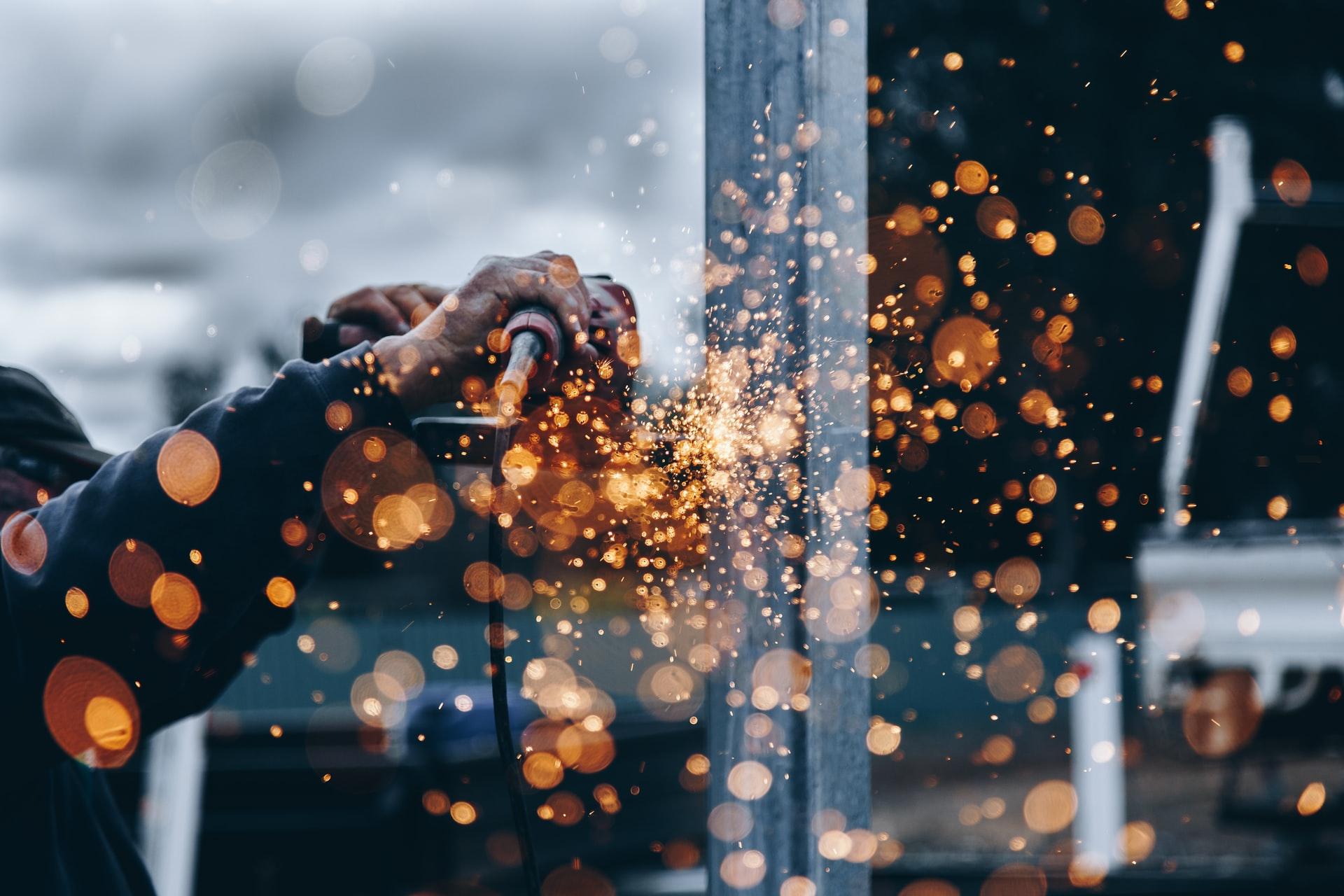 Un homme travaillant le métal