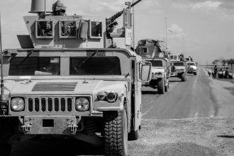 Une colonne de véhicules militaires américaines
