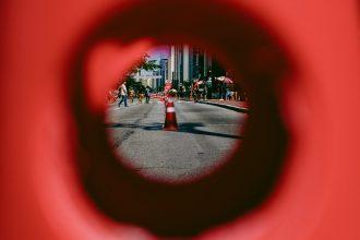 Une photo prise depuis un trou