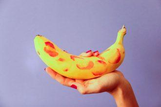 Une banane richement décorée