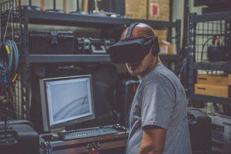 Un homme portant un casque VR