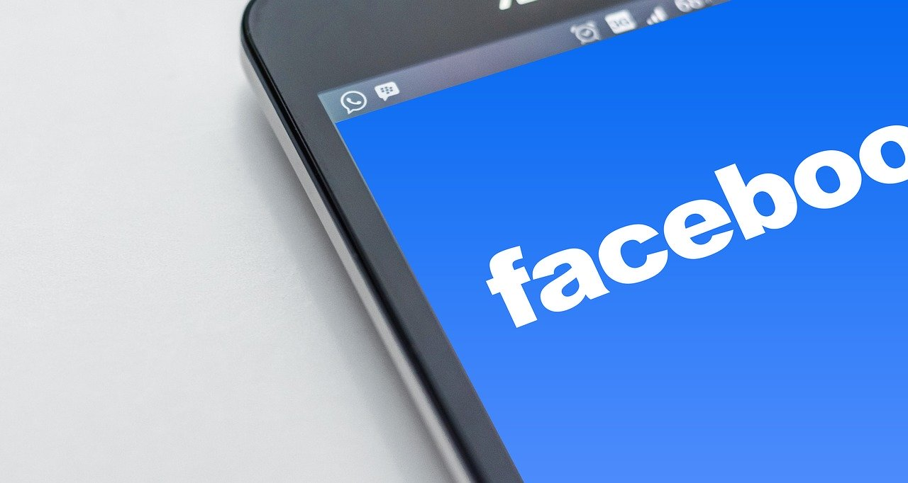 Un écran e téléphone avec le logo de Facebook