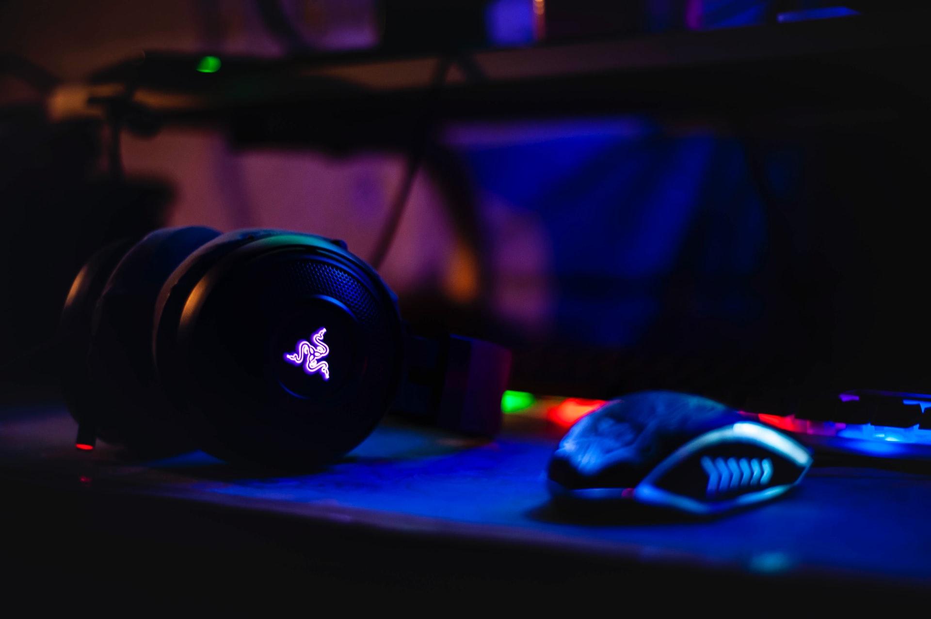 Un casque gaming posé à côté d'une souris