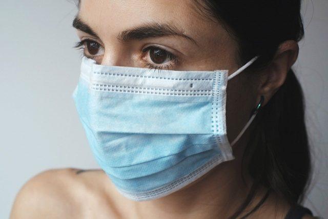 Une femme portant un masque pour se protéger du coronavirus