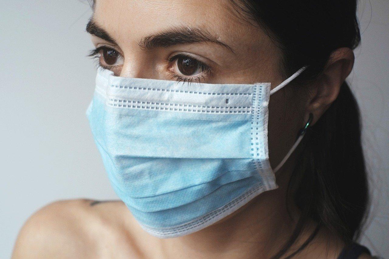 Femme portant un masque pour se protéger du coronavirus
