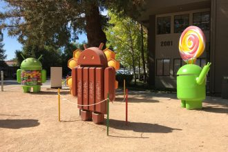Une photo des statues Android