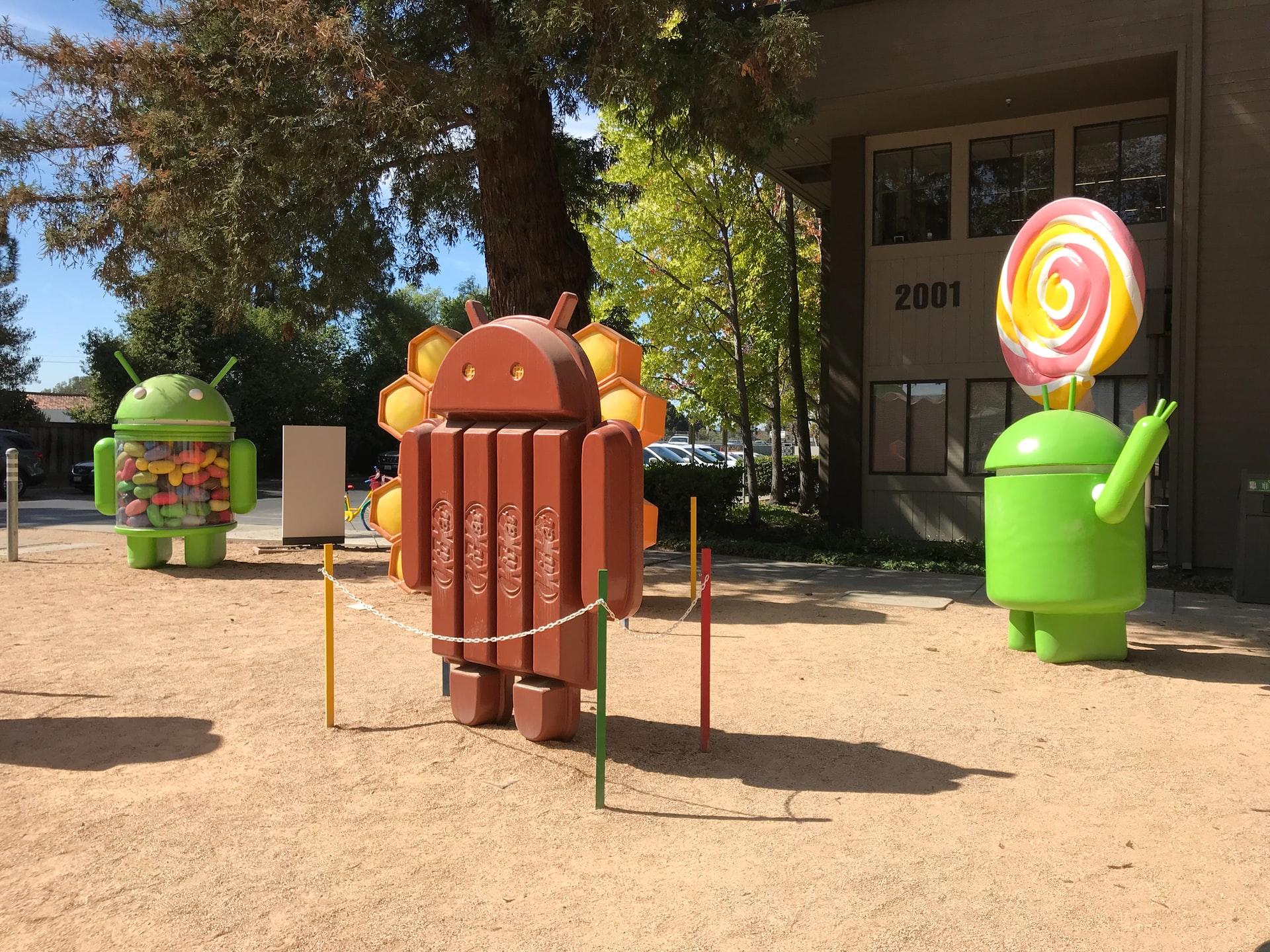 Une photo des statues Android