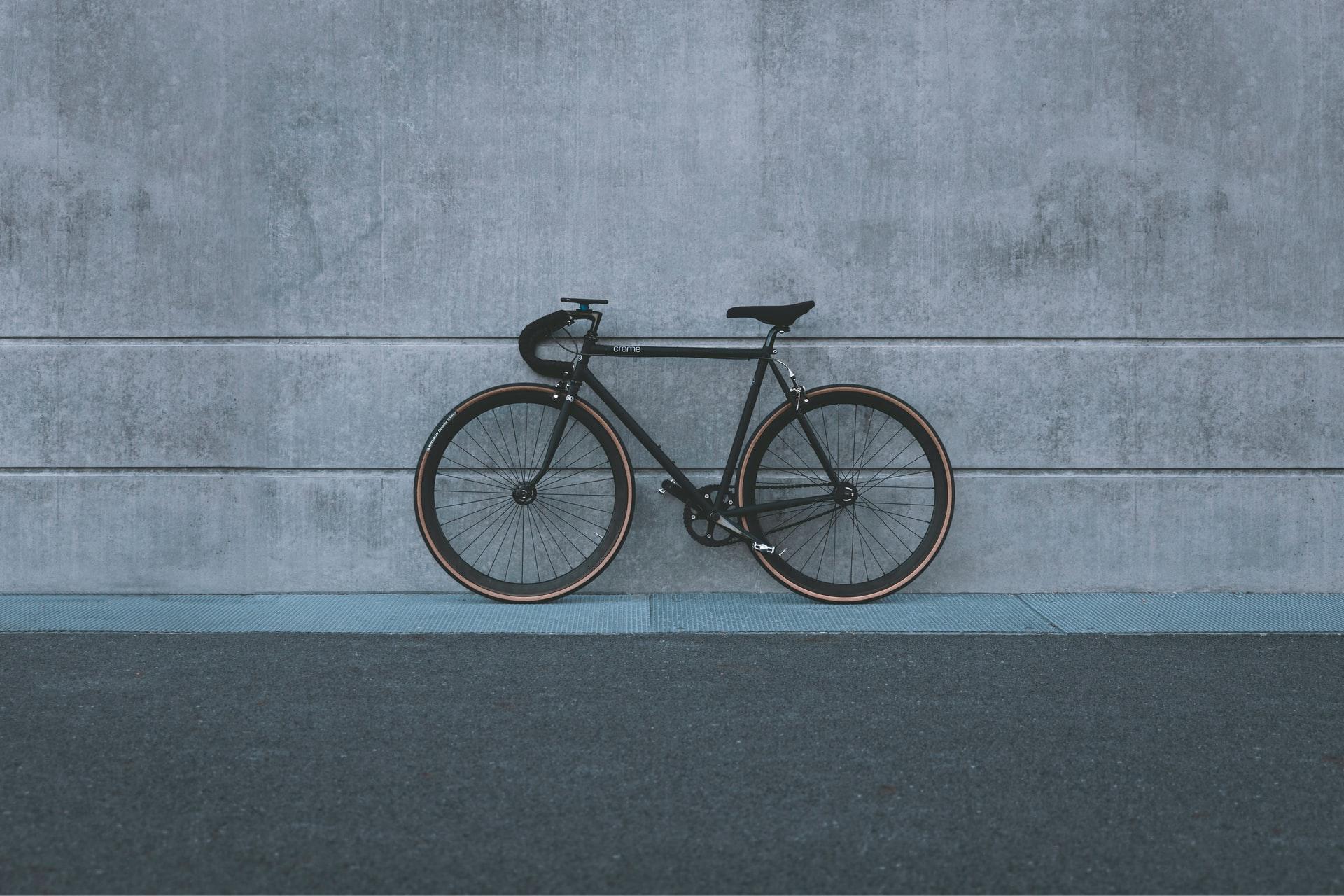 Un vélo posé contre un mur