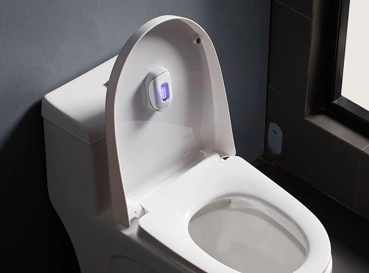 La lampe à UV de Xiaomi vient se fixer à l'intérieur de l'abattant