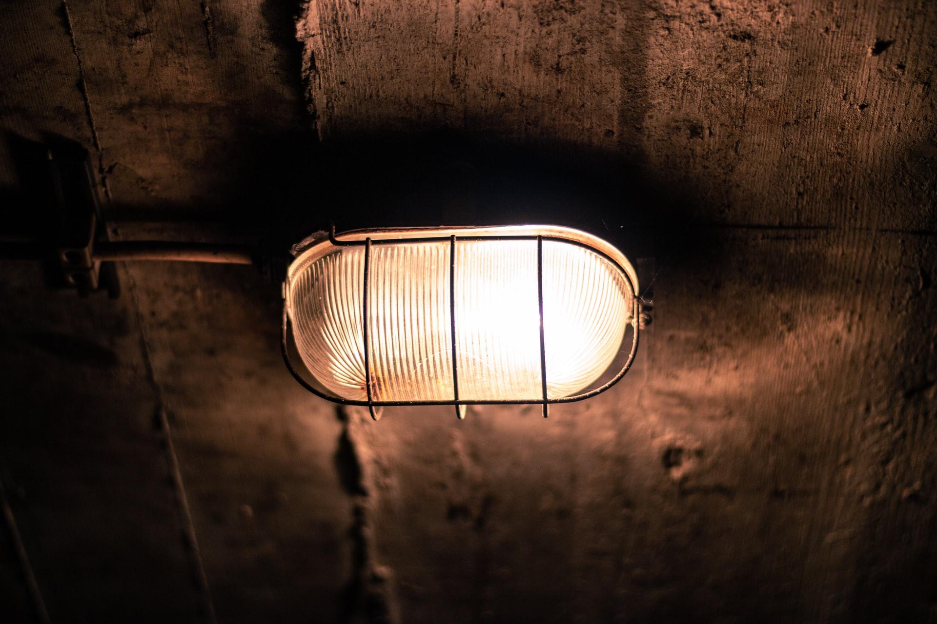 Une vieille lampe de bunker