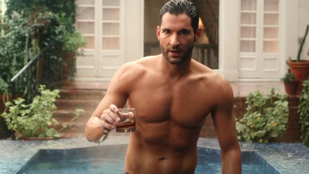 Lucifer dans une piscine, un verre à la main