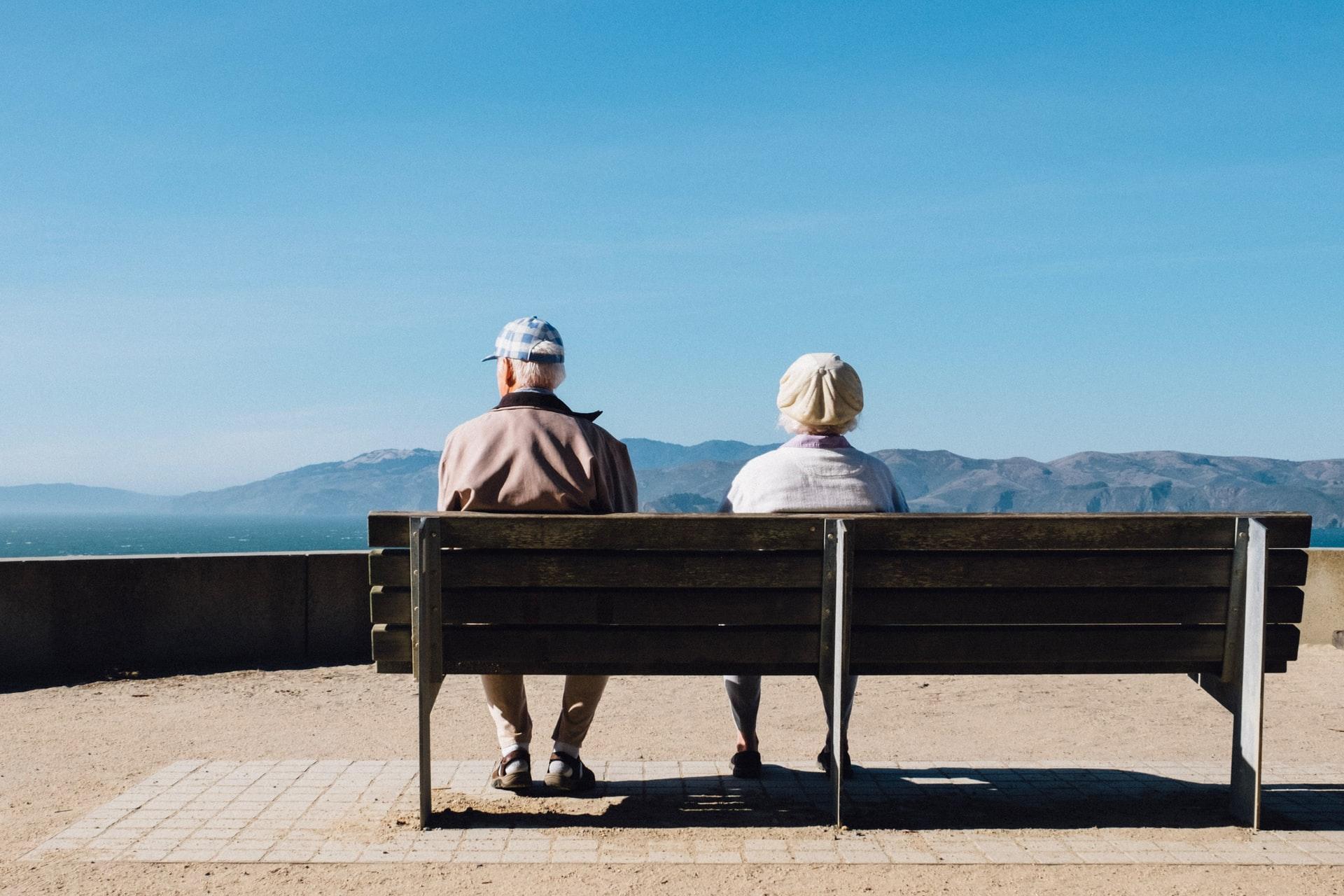 Deux gens âgés sur un banc