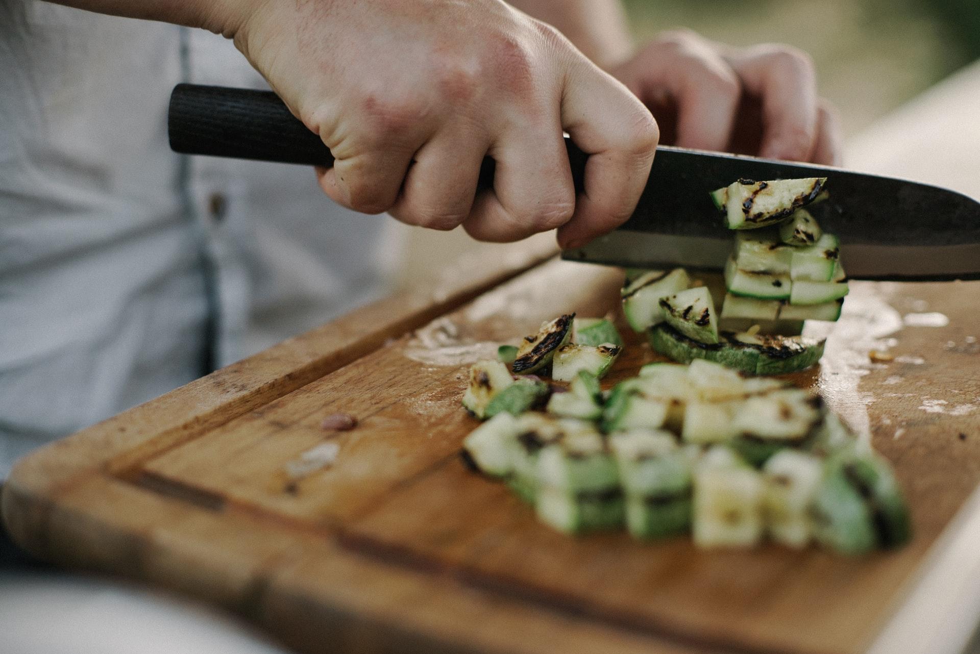 Un homme en train de cuisiner