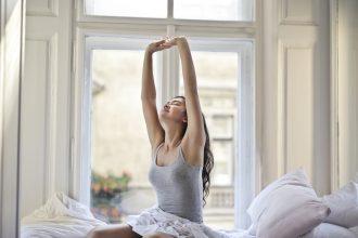 Photo d'une femme qui s'étire au réveil