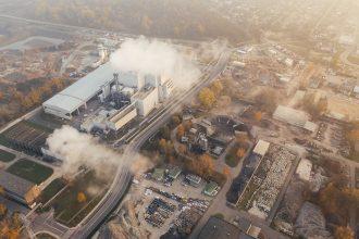 Fumée sui sort des cheminées d'une usine