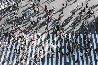 Des gens en train de traverser la rue