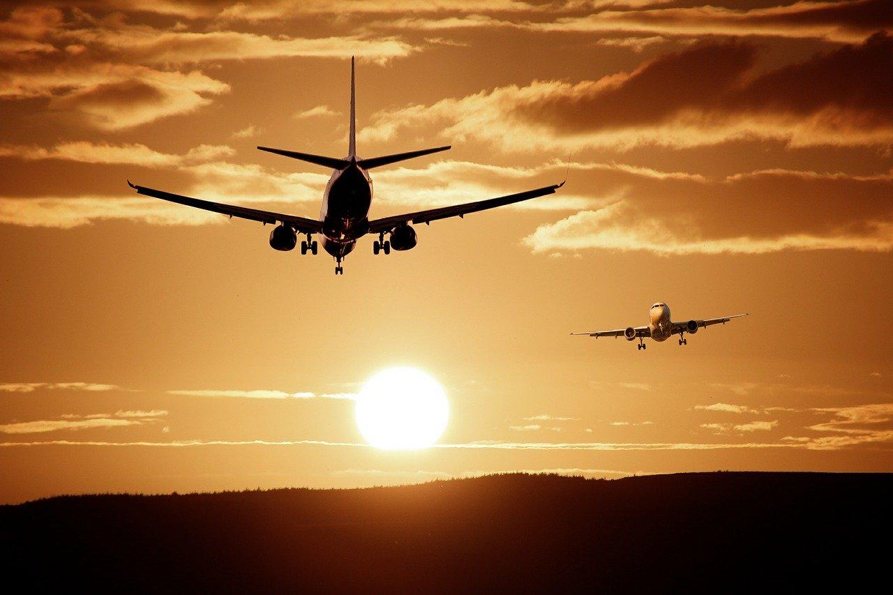 Des avions sur fond de coucher de soleil