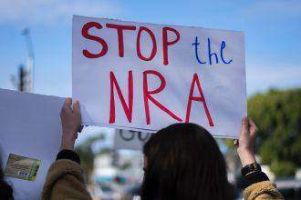 Photo d'une affiche portée lors d'une manifestation contre la NRA