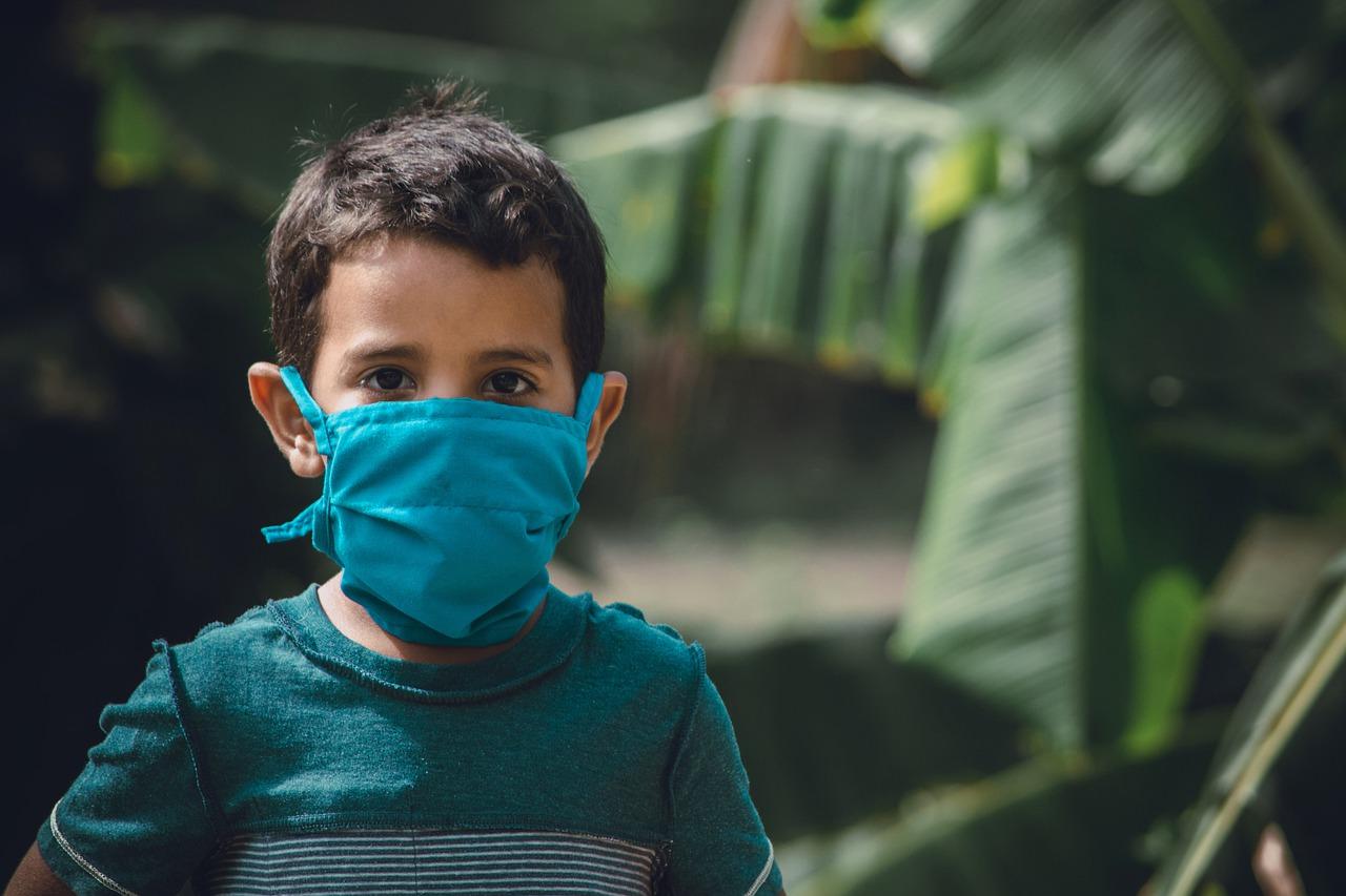 Un enfant portant un masque pour se protéger du coronavirus