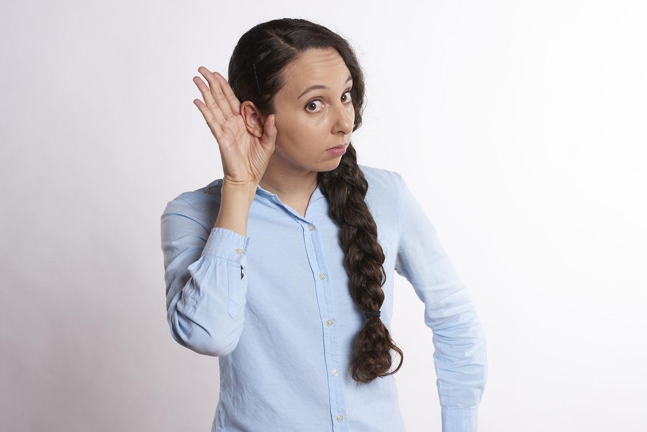 Une femme qui n'entend pas bien