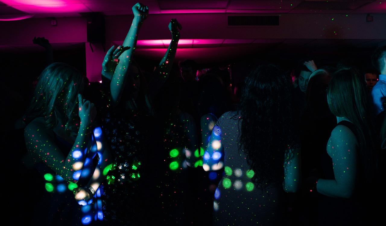 Des gens qui dansent lors d'une fête