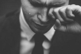 Photo d'un homme en larme