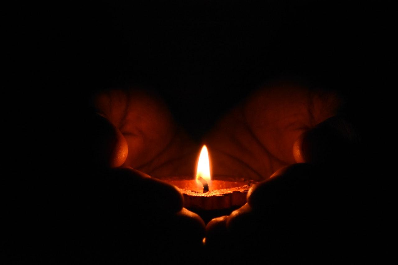 Une bougie dans l'obscurité