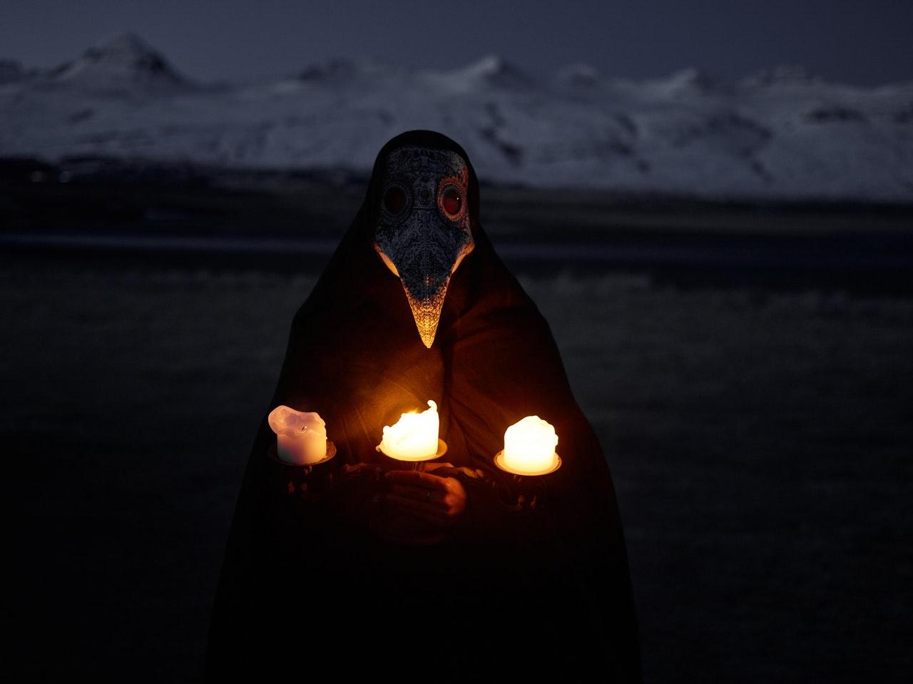 Un homme vêtu d'un masque remontant à l'âge d'or de la peste