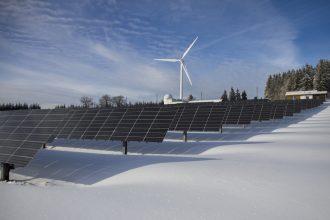 Une éolienne avec des panneaux solaires