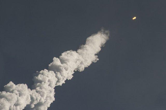 Une panache de fumée lors du lancement dune roquette