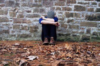 Photo d'un homme triste et seul