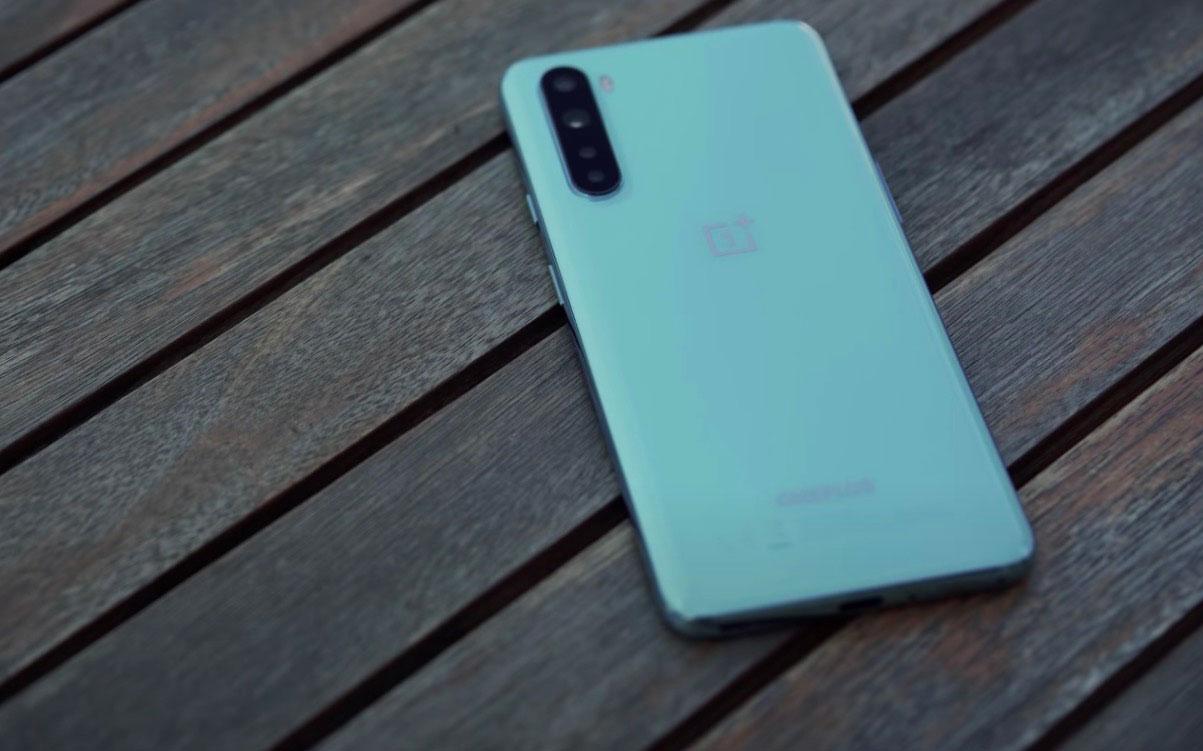 Un dos en verre sur un smartphone positionné sous la barre des 400 €, sympa