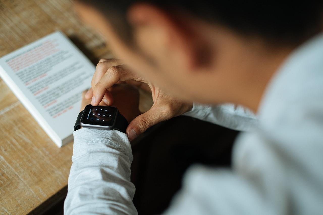 Un homme examinant sa montre