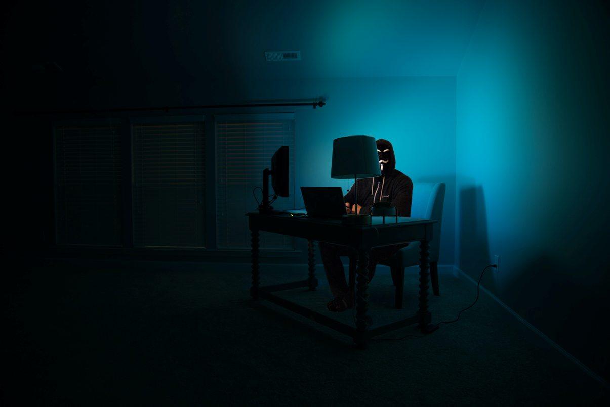 Un homme assis dans l'ombre