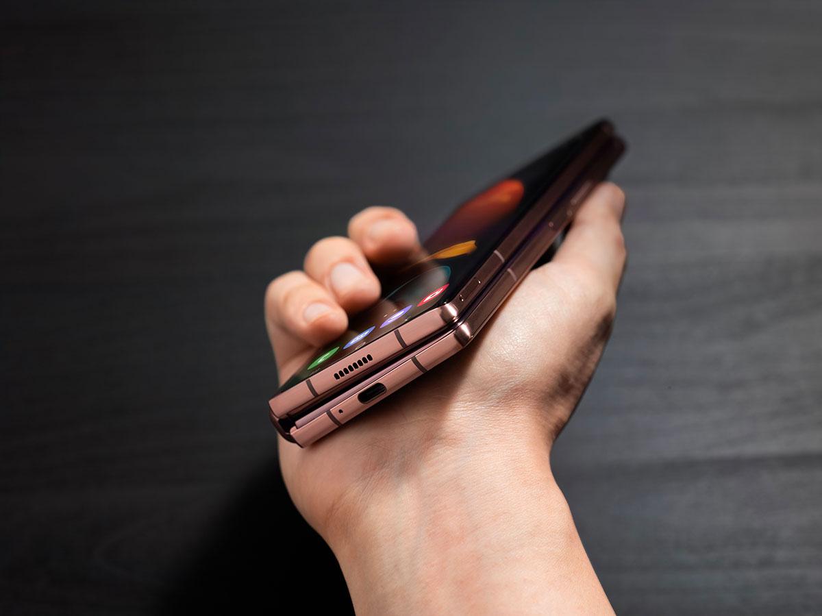 Le Galaxy Z Fold 2 replié, sous un angle un peu différent