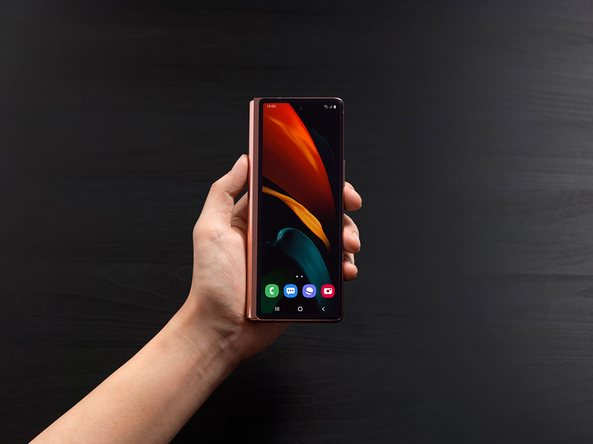 L'écran extérieur est plus grand et il s'étire sur toute la surface du téléphone